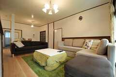リビングの様子2。ソファが3つ置かれています。(2013-10-01,共用部,LIVINGROOM,1F)