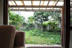 掃出窓からは庭に出られます。(2013-10-01,共用部,LIVINGROOM,1F)