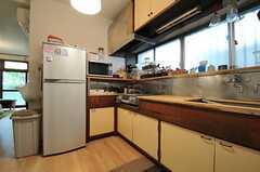 キッチンの様子2。天板はスタッフさんの手作りです。(2013-10-01,共用部,KITCHEN,1F)