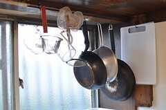 フライパンなどは吊り下げる収納。(2013-10-01,共用部,KITCHEN,1F)