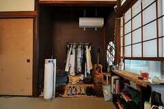 床の間は収納スペースとして使っているそう。(102号室)※備品は入居者さんの私物です。(2013-10-01,専有部,ROOM,1F)