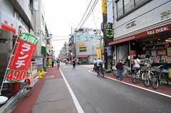 西武新宿線・井荻駅前の商店街の様子。(2013-10-01,共用部,ENVIRONMENT,1F)
