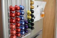 コーヒーメーカーの専用カプセルが冷蔵庫の表面にストックされています。(2014-05-12,共用部,KITCHEN,2F)