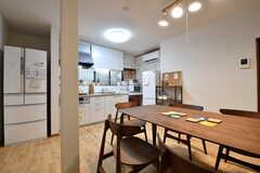 ダイニングテーブル側から見たリビングの様子。奥がキッチンです。(2019-01-18,共用部,LIVINGROOM,1F)