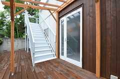 玄関ドアの様子。パーゴラには屋根が設置される予定です。(2015-08-13,周辺環境,ENTRANCE,1F)
