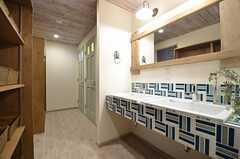 廊下に設置された洗面台の様子。奥にはシャワールームとトイレがあります。(2015-08-03,共用部,OTHER,1F)