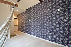 ワンルームタイプの部屋も、壁紙が異なります。(106号室)(2015-08-13,専有部,ROOM,1F)