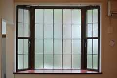 格子のついた出窓。(108号室)(2015-08-13,専有部,ROOM,1F)