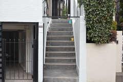 玄関へは階段を上ります。(2016-02-01,周辺環境,ENTRANCE,1F)