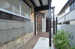 玄関のアプローチの様子。ドアは交換予定です。(2016-02-01,周辺環境,ENTRANCE,1F)