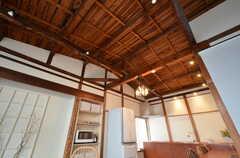 天井が抜かれていて、屋根裏が見えます。(2016-02-01,共用部,LIVINGROOM,2F)