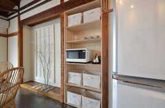 キッチン家電と部屋ごとに使用できる収納ボックスが並びます。(2016-02-01,共用部,KITCHEN,2F)