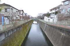 近くには川が流れています。(2016-02-01,共用部,ENVIRONMENT,1F)