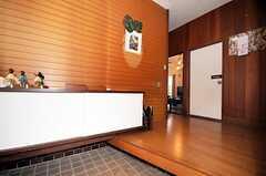 正面玄関から見た内部の様子。白い扉はシューズボックスです。(2010-04-23,周辺環境,ENTRANCE,1F)