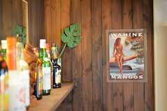 ハワイアンなポスター。カウンターバーのお酒は各自で持ち寄っています。(2015-04-22,共用部,OTHER,1F)