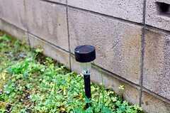 アプローチには、夜になると点灯するソーラー式のライトがあります。(2010-04-23,共用部,OTHER,1F)