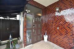 シェアハウスの正面玄関。(2019-10-03,周辺環境,ENTRANCE,1F)