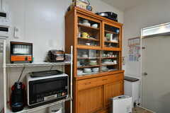 キッチン家電と食器棚の様子。(2019-10-03,共用部,KITCHEN,1F)