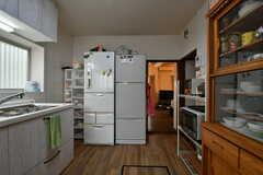大型の冷蔵庫が2台並んでいます。(2019-10-03,共用部,KITCHEN,1F)