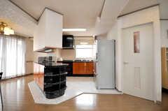 階段を上がるとフロアの真ん中に見事なキッチン・スペース。よく見ると足元は大理石が敷かれ一段高くなっている。(2009-04-14,共用部,LIVINGROOM,4F)