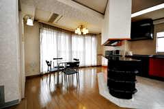 キッチンを挟んで反対側にもダイニング・エリアがある。(2009-04-14,共用部,LIVINGROOM,4F)
