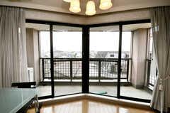一面に大きな掃出し窓。(2009-04-14,共用部,LIVINGROOM,4F)