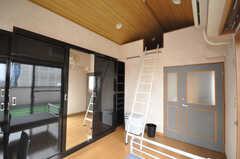 専有部の様子2。一面がゴージャスな収納でロフト付き。(601号室)(2009-04-14,専有部,ROOM,6F)