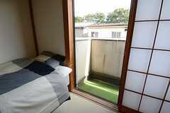 窓からベランダに出られます。(201号室)(2014-08-12,専有部,ROOM,2F)