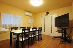 6人で囲めるダイニングテーブルと、大型のテレビがあります。(2011-04-21,共用部,LIVINGROOM,1F)