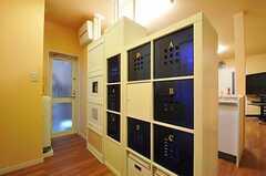 部屋ごと分けられた食材などを置くスペース。奥には洗濯機があります。(2011-04-21,共用部,KITCHEN,1F)