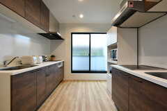 キッチンの様子。システムキッチンは2台が向かい合っています。(2017-09-20,共用部,KITCHEN,2F)