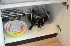 フライパンや鍋類はヒーターの下に収納されています。(2017-09-20,共用部,KITCHEN,2F)