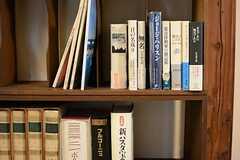 本棚には興味深い書籍が並びます。(2015-02-25,共用部,LIVINGROOM,1F)