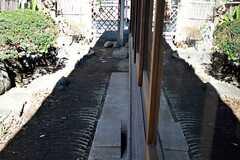 庭の様子2。瓦が埋め込まれています。(2015-02-01,共用部,OTHER,1F)