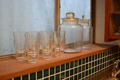出窓スペースに置かれたグラス。(2015-02-25,共用部,KITCHEN,1F)