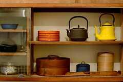 キッチン脇の棚。雰囲気のある鉄瓶とせいろ。ところてん突きという変わったもので。(2015-02-25,共用部,KITCHEN,1F)