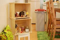 ワイン箱に彩られた雑貨たち。(2010-03-26,共用部,LIVINGROOM,1F)