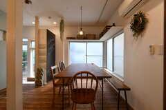 ダイニングテーブルにはベンチも用意されています。(B棟)(2018-10-03,共用部,LIVINGROOM,1F)