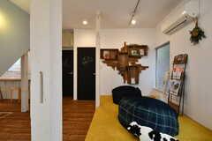 壁には本棚が設置されています。(B棟)(2018-10-03,共用部,LIVINGROOM,1F)