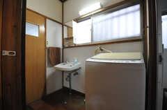水まわり設備の様子。奥に左手にトイレ、右手にバスルームがあります。(2014-01-09,共用部,OTHER,1F)