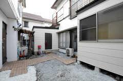 庭の様子。リビングの掃き出し窓の隣に101号室があります。(2014-01-09,専有部,ROOM,2F)