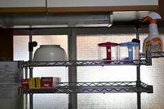 キッチンの上部に取り付けられた棚の様子。(2013-01-07,共用部,KITCHEN,1F)