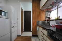 キッチンの奥に水まわり設備があります。(2013-01-07,共用部,OTHER,1F)