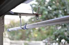窓の外には、物干し器具が設置されています。(2013-01-07,専有部,ROOM,1F)