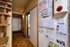 廊下の様子2。右手のドアは水まわり設備です。(2018-03-30,共用部,KITCHEN,2F)