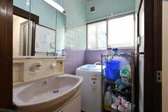 洗面台と洗濯機が設置されています。(2018-03-30,共用部,LAUNDRY,2F)