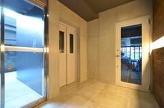 ガラス扉はカフェとつながっていて、入居者さんはカフェ側からアクセスすることもできます。(2016-03-02,周辺環境,ENTRANCE,1F)