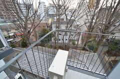 神社の参道が見下ろせます。ベランダは避難用のため、通常利用はできません。(504号室)(2016-03-02,専有部,ROOM,5F)