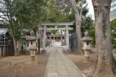 建物の隣にある神社の参道。(2016-03-02,共用部,ENVIRONMENT,1F)