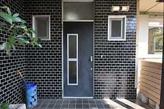 シェアハウスの正面玄関。(2011-09-29,周辺環境,ENTRANCE,1F)